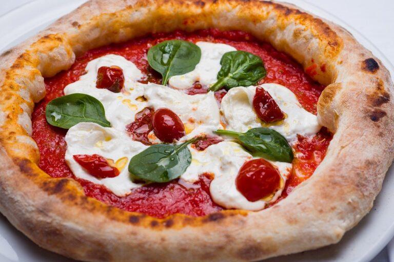 Il forno a legna per mantenere la tipicità italiana della pizza
